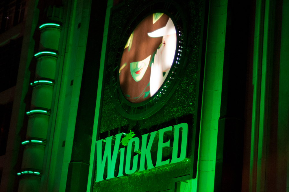 isabella-blume-travelblogger-london-wicked-apollo-theater-outside