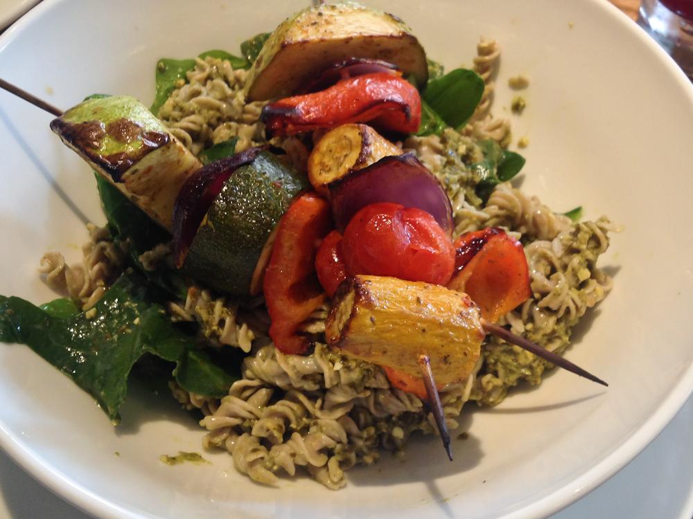 isabella-blume-riga-travelblogger-raw-garden-vegan-foodblogger-buckwheat-pasta-pesto-veggies